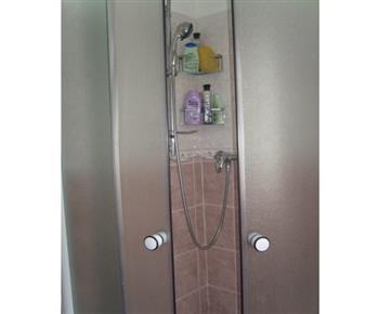 Koupelna A se sprchovým koutem a umývadlem