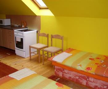 Apartmán s židlemi a kuchyňským koutem