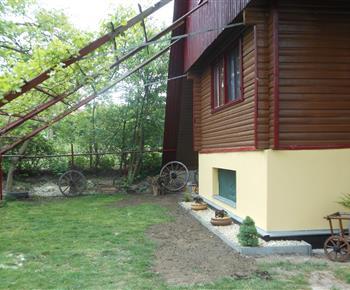 Zatravněný pozemek za chatou