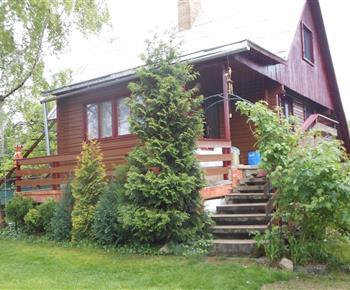 Pohled na chatu s terasou