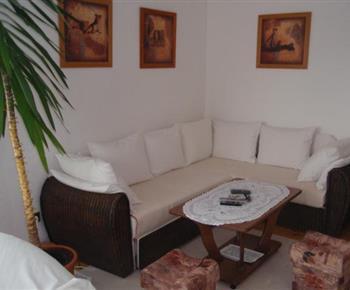 Společenská místnost s posezením a konferečním stolkem