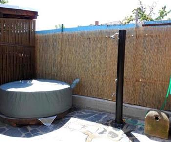 Vířivka a zahradní sprcha na terase objektu