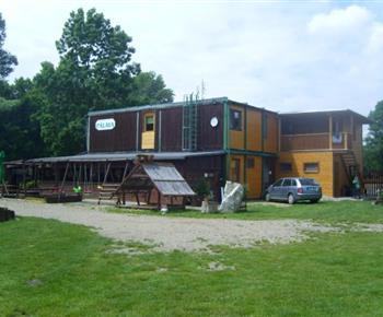Hlavní budova v kempu s restaurací a letní zahrádkou