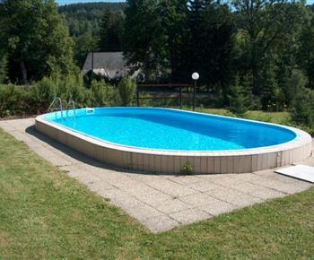 Venkovní bazén na pozemku u chalupy