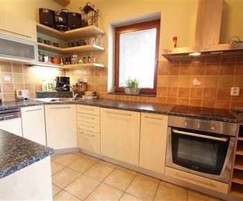 Kuchyně s lednicí, sporákem, myčkou, mikrovlnnou troubou a rychlovarnou konvicí