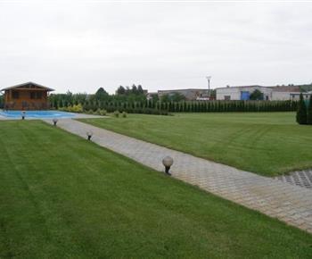 Travnaté hřiště u objektu