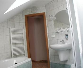 Koupelna se sprchovým koutem, vanou, umývadlem