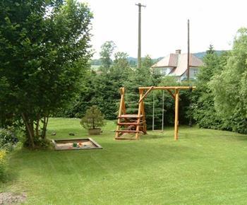 Dětské hřiště na velké zahradě u chalupy