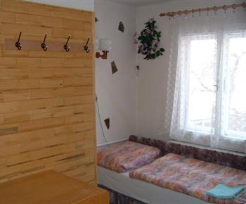 Ložnice s lůžky a šatní skříní