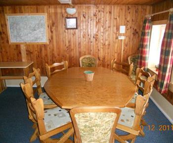 Společenská místnost se stolem