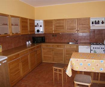 Kuchyně s linkou, sporákem, lednicí, myčkou, mikrovlnou troubou a rychlovarnou konvicí
