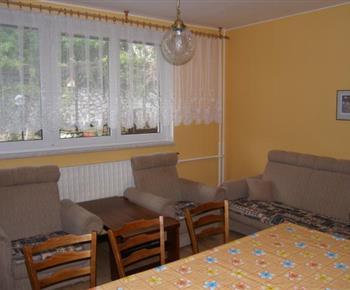 Obývací pokoj se sedací soupravou a jídelním koutem