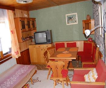 Obývací pokoj s jídelním koutem a televizí