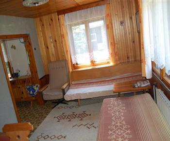 Obývací pokoj s posezením a televizí