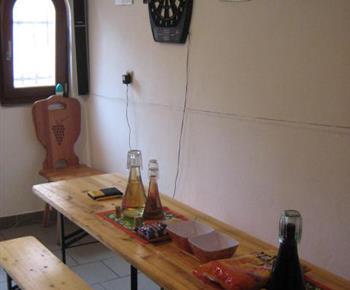 Společenská místnost se stolem a lavicemi