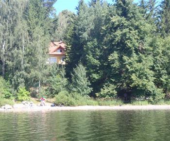 Pohled z přehradní nádrže na chatu