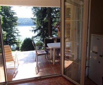 Výhled z obývacího pokoje na terasu a předhradní nádrž