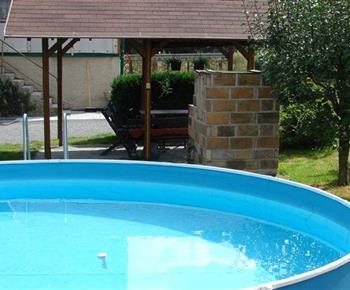 Venkovní bazén na zahradě u objektu