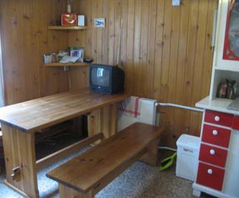 Jídelní kout s televizí v rámci kuchyně