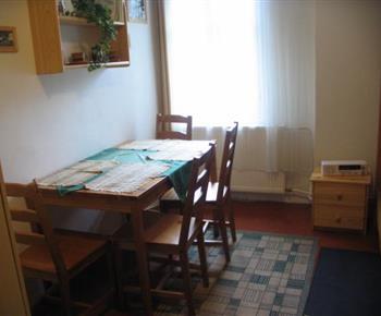 Stůl s židlemi v ložnici