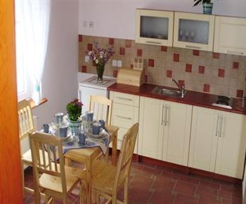 Apartmán s výhledem na zahradu - kuchyňský a jídelní kout