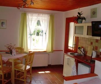 Apartmán v přízemí - jídelní a kuchyňský kout