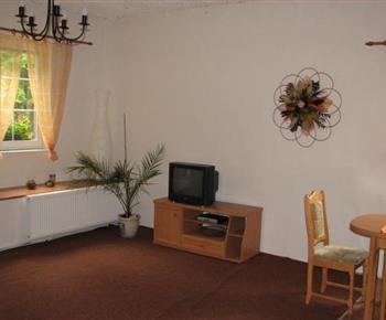 Obývací pokoj s televizí a jídelním koutem