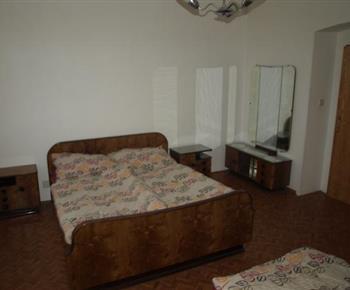 Ložnice s manželskou postelí a nočními stolky