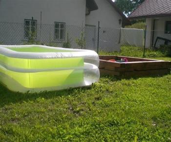 Pro nejmenší k dispozici malý nafukovací bazének s pískovištěm