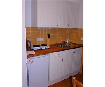 Kuchyňka s dvouplotýnkovým vařičem, lednicí a rychlovarnou konvicí