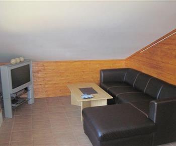 Obývací pokoj s rozkládací sedačkou a stolem