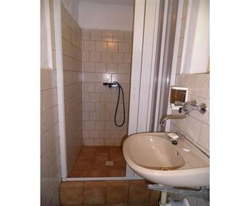 Sociální zařízení se sprchovým koutem a umyvadlem