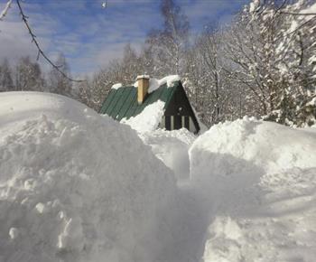 Chata zapadaná sněhem