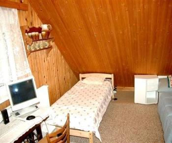 Ložnice v podkroví s počítačem