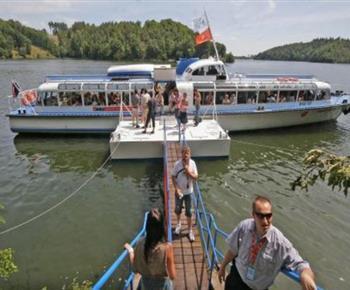 Výletní loď  Vysočina brázdící pravidelně přehradu