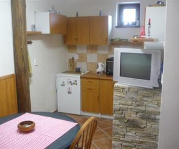 Plně vybavená kuchyňka s televizí v apartmánu B