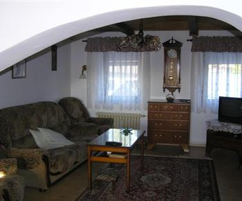 Obývací pokoj v prvním patře s televizorem