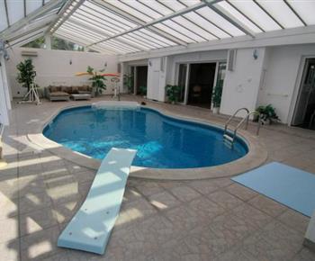 Vnitřní bazén, který je součástí objektu