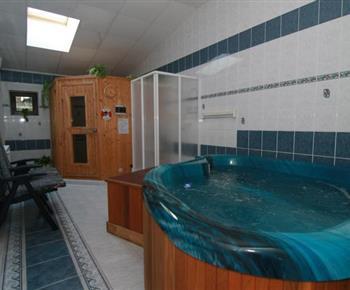 Pohled na relaxcentrum se saunou, sprchovým koutem a whirpoolem