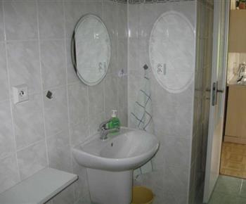 Sociální zařízení s umyvadlem a zrcadlem