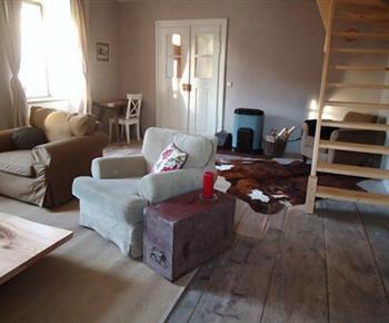 Společenská místnost s pohledem na schodiště