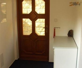 Pohled na vstupní dveře a chodbu