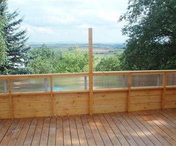 Spodní terasa s výhledem do zahrady