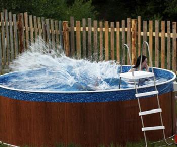 Kruhový bazén u venkovního posezení