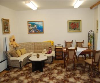 Obývací pokoj s jídelním stolem a sedačkou