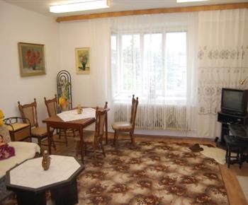 Jídelní stůl s televizí v obývacím pokoji