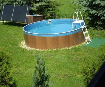 Pohled na venkovní bazén u objektu