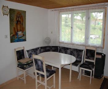 Jídelní stůl s rohovou lavicí