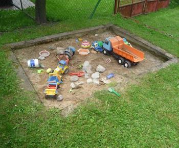 Dětské pískoviště na zahradě objektu