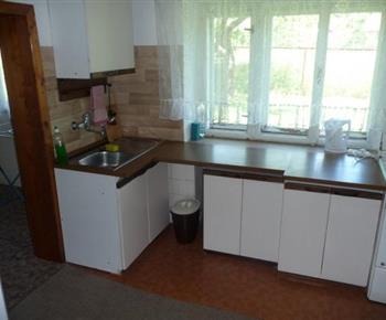 Pohled na kuchyňskou linku s el. kamny